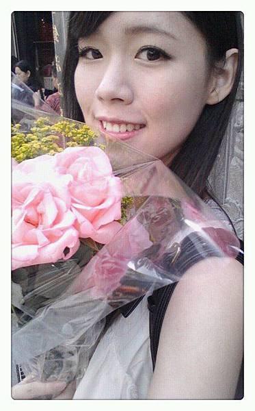今天的外拍有花陪我唷:D