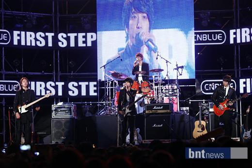 2011-03-21-CNBLUE-showcase-4