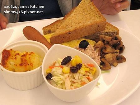 歐姆蛋捲佐德國香腸+焗烤洋芋+美乃滋鮪魚+洋菇