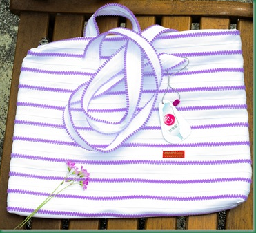照射到太陽光後變色側肩拉鍊包 The Zipper Bag will Photochromic from white to purple.