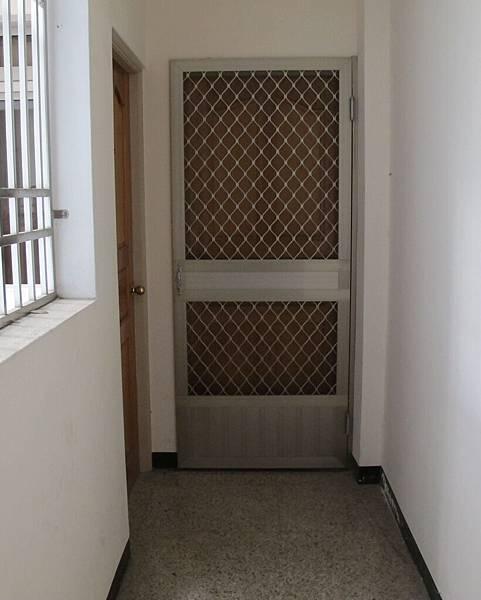 門口附紗門