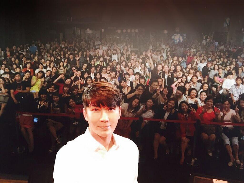 陳孫華老師與觀眾玩自拍.JPG