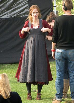 Pregnant-Emily-Blunt-filmed-Woods-UK.jpg