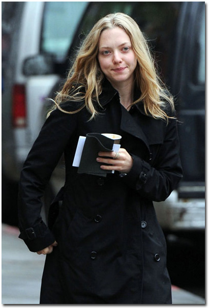 Amanda Seyfried spotted out in East Village of New York, Apr 25, 2010.jpg