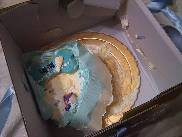 打開盒子看內容物更是慘不忍睹,這東西還能叫蛋糕嗎?