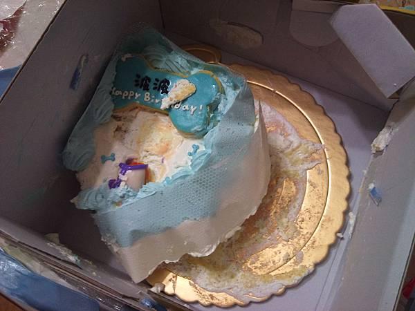 蛋糕整個被摔去撞在牆壁上的感覺,面目全非、嚴重變形