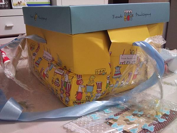 收到黑貓寄來的包裹,連盒子都被明顯壓到凹陷