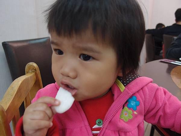 喬妹吃餅乾