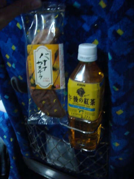 休息站買的香蕉蛋糕&檸檬茶