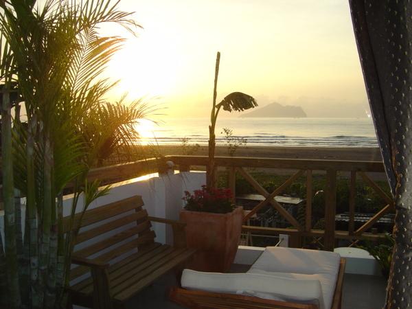 海灘落日窗景.jpg