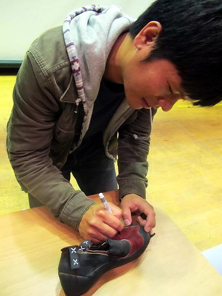 請Suming在登山鞋上簽名