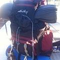 Inge背著大背包和轟姐爬山去
