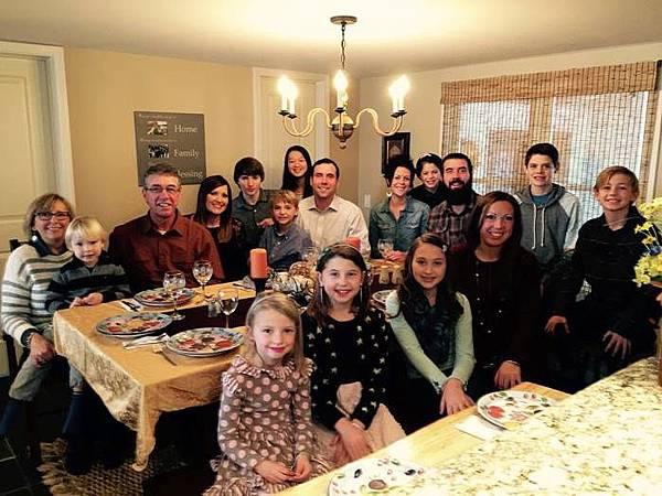 高中交換生居住於接待家庭中,參與各種家庭活動,深入體驗當地文化。