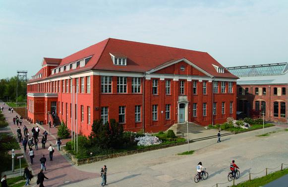 德國公立威爾道科技大學預科,讓學生完成一年課程後可直接進入大學就讀,享免學費福利
