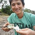 生吃牡蠣三步驟,一抓