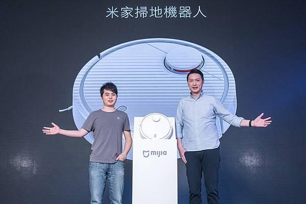 小米攜手石頭科技,打造兼具智慧科技與掃地功能的掃地機器人(左:石頭科技CEO 昌敬;右:小米台灣總經理 李佳峰)。