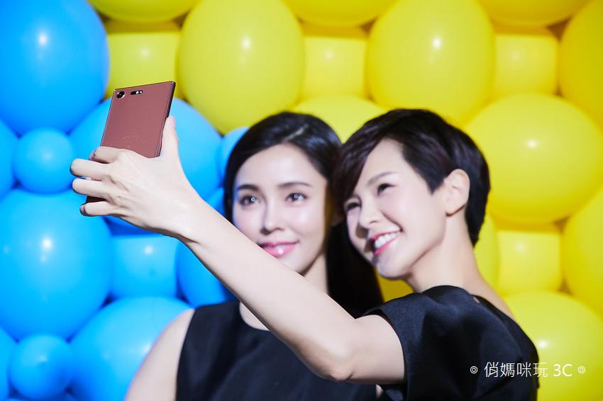 Xperia_ XZ Premium擁有華麗出眾的鏡面效果,展現Sony的精緻美學,全新「鏡粉」以金屬紅銅色澤輔以表面拋光,前後雙玻璃鏡面,打造猶如銅鏡般的光線反射.png