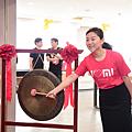 小米網副總裁暨小米之家總經理張劍慧為小米之家台中店開幕敲鑼。.png