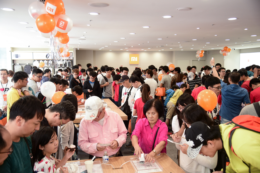 小米之家台中店今盛大開幕,超過兩百位民眾一早排隊搶先入店體驗購買。.png