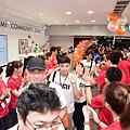 小米之家台中店今盛大開幕,超過兩百位民眾搶先入店體驗,小米之家員工列隊擊掌歡慶。.png