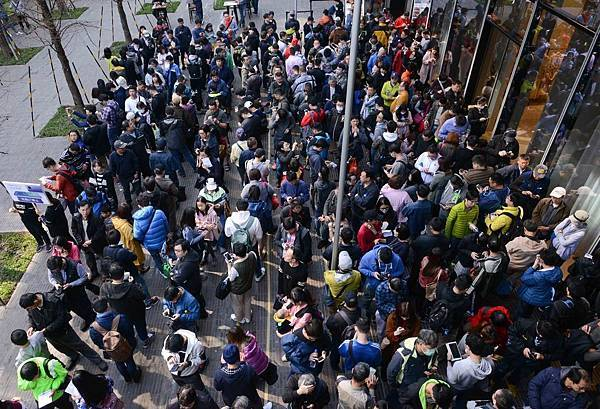 【HUAWEI新聞照片】HUAWEI Mate20 X微風南山華為體驗店排隊活動_現場排隊人潮1