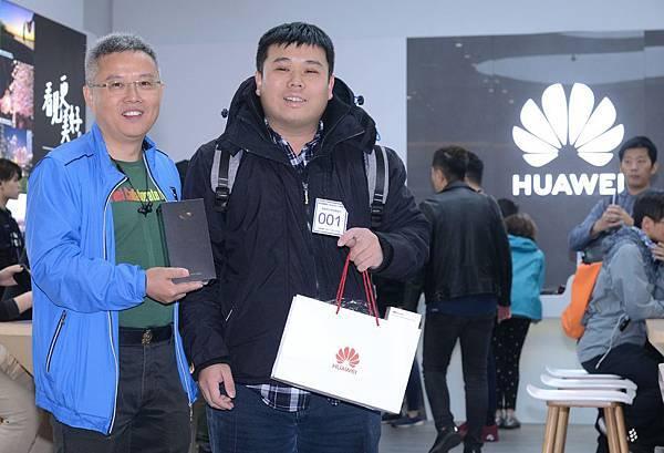 【HUAWEI新聞照片】HUAWEI Mate20 X微風南山華為體驗店排隊活動_華為技術台灣總代理訊崴技術總經理 雍海(左)與首位購機民眾(右)