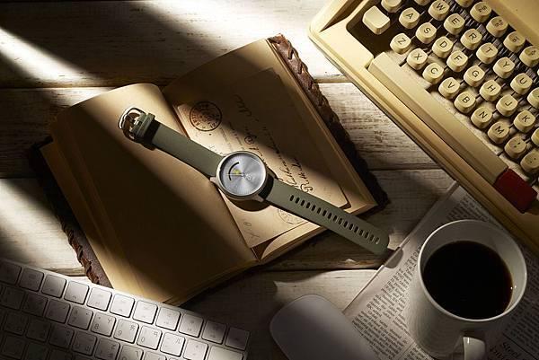 Garmin vivomove style 綠野迷蹤銀,現代簡約的設計搭配極度輕盈的航太級鋁合金錶殼及錶圈,建議售價NT$11,990元-2。.jpg