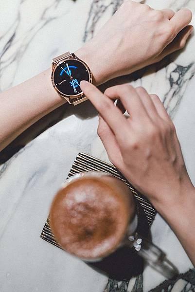 Garmin vivomove luxe浪漫太妃金,細緻金屬錶殼搭配細緻金屬錶殼搭配,以水波折射般的波浪紋彰顯奢華質感,建議售價NT$17,990元.jpg