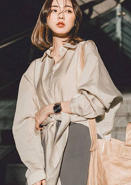 人氣潮模Cleo簡婕以大地色系服裝搭配vivomove luxe浪漫太妃金,創造整體穿搭亮點,建議售價NT$ 17,990元。.jpg