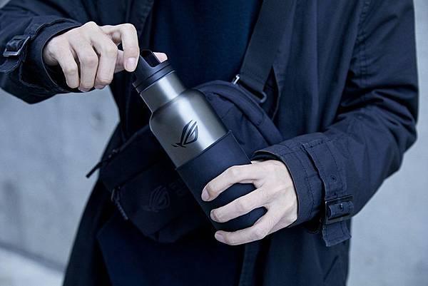 全新ROG x HYDY不鏽鋼保溫水瓶真空保溫效果最高可達12小時、保冷24小時,讓玩家們可隨時隨地展現ROG潮電競風格。.jpg