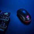 可雙手通用的ROG Pugio II無線電競滑鼠搭載領先業界的16,000 dpi光學感測器,以每秒高達400吋(IPS)的追蹤速度及40g加速度,提供絕佳精準度,是精銳頂尖遊戲玩家首選。.jpg