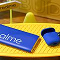 realme結合2020 Pantone「經典藍」推出realme快充行動電源藍色款及realme Buds Air無線藍牙耳機藍色保護套.png