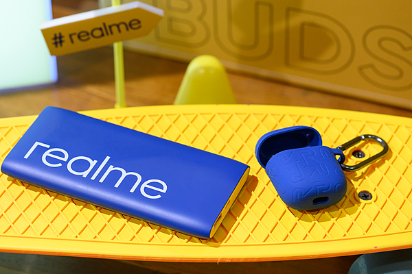 realme結合2020 Pantone「經典藍」推出realme快充行動電源藍色款及realme Buds Air無線藍牙耳機藍色保護套 (1).png