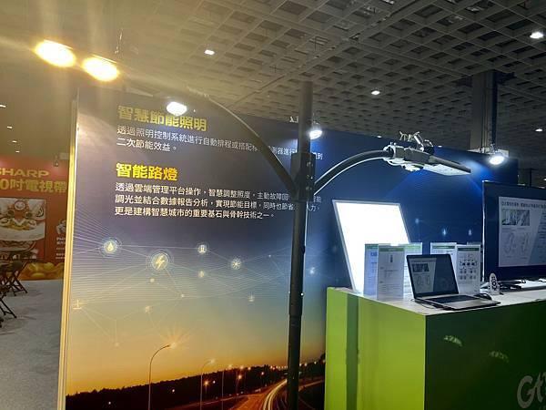 新聞照片4:亞太電信推動智慧城市應用,智慧路燈整合雲端平台和物聯網通信技術,進行遠端即時監控,協助政府撙節能源。.jpg