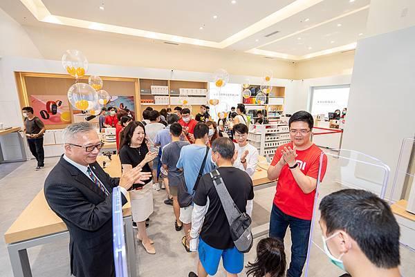 「小米新竹巨城專賣店」歡慶開幕,開幕祭出超強新品「小米手環 5」加一元多一件限量活動,吸引消費者爭相前往排隊,早上8時現場已有100名的排隊人潮,可見小米在新竹的超高人氣。2.jpg