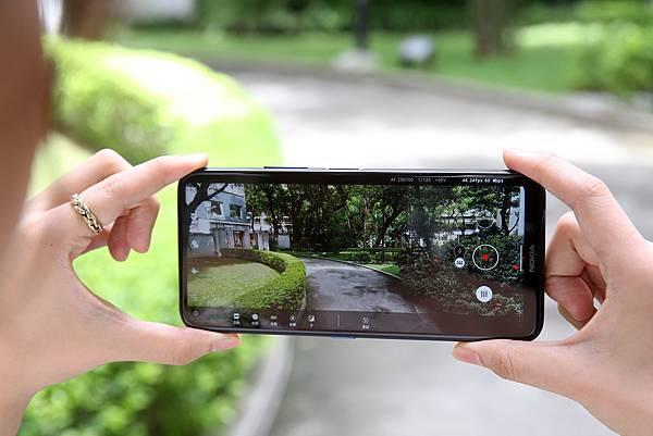 Nokia 8.3 5G首創內建「劇院模式」,使用者可邊調整邊拍,拍攝完畢後可於編輯模式加入藍色耀斑特效,打造史詩級好萊塢大片。 (圖由HMD Global 提供).jpg