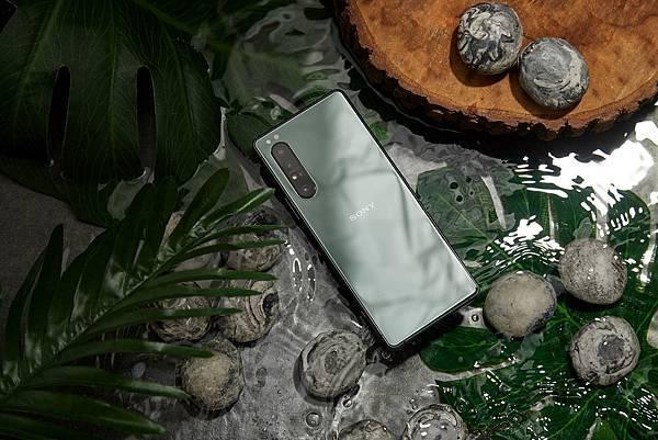 圖說一、Xperia 1 II全新「鏡湖綠」時尚迎秋冬,12GB記憶體,規格升級再進化.jpg