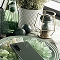 圖說三、Xperia 1 II鏡湖綠靈感汲取於大自然,在燈光反射下透出絕美的綠色光澤,呈現平衡知性、寧靜素雅的風格質感.jpg