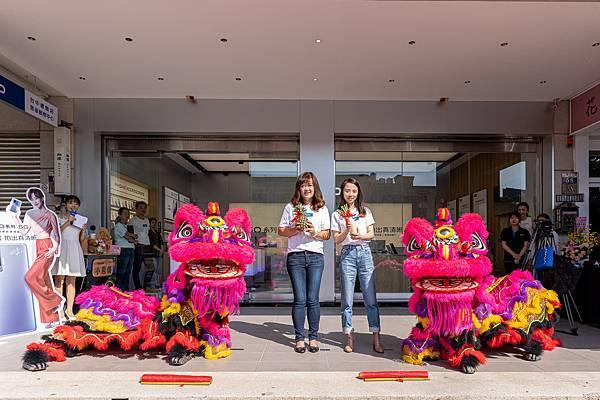 vivo台中一中體驗店開幕首日找來舞獅熱鬧開場,吸引滿滿人潮.jpg