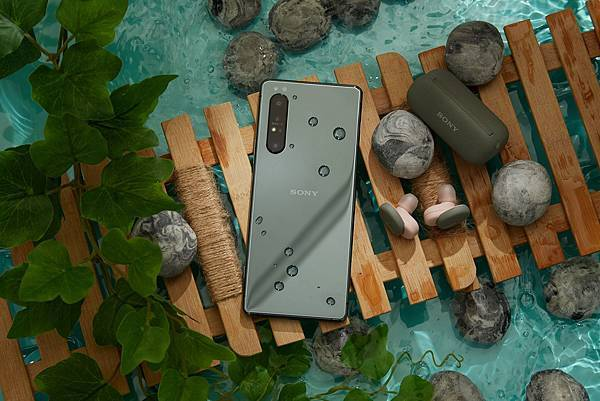 圖說五、Xperia 1 II鏡湖綠於台灣大哥大獨家販售,即日起購機還能將PS4 Dualshock 4遊戲搖桿一起帶回家!(1).jpg