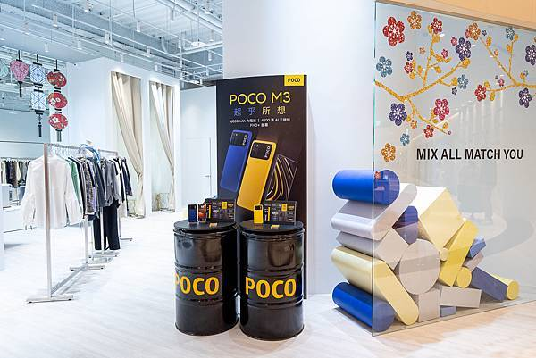 消費者於MiTCH旗艦店內的專屬POCO M3展示櫃位,可拿起潮流手機,自由穿搭國際潮牌的選物衣著,一站式完成「潮流機.潮牌服」的街拍風格.jpg