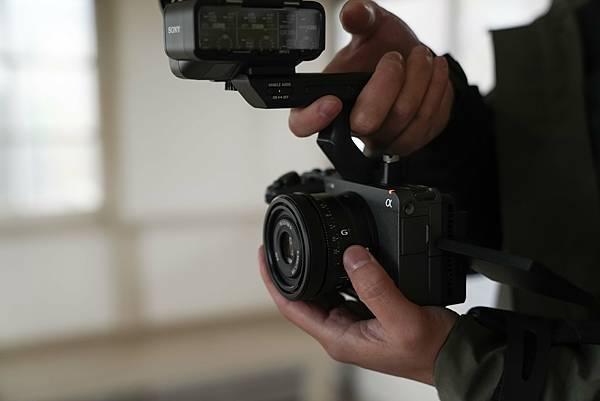 圖4)  Sony FE 50mm F2.5 G、FE 40mm F2.5 G 和 FE 24mm F2.8 G 三款鏡頭體積、濾鏡直徑相同、重量接近,即使外接三軸穩定器,也能輕易更換使用鏡頭。(圖為SEL50F25G鏡頭搭配 ILCE-FX3相機).jpg