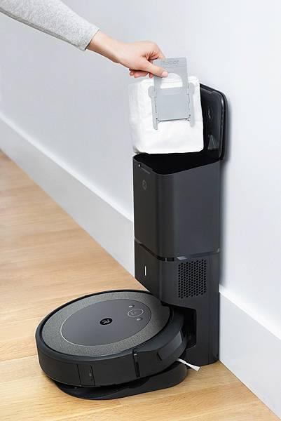 圖說:iRobot 輕旗艦機款Roomba i3+配備引以為傲的專利自動集塵座,從吸塵到處理垃圾完全不髒手!.jpg