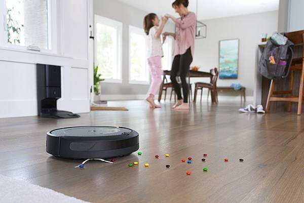 圖說:Roomba i3+搭載AeroForceTM三段式除塵系統,透過「一刮一斬」的方式分解碎屑,有效將地板上髒汙清掃起來,加強來回清掃,極致....jpg