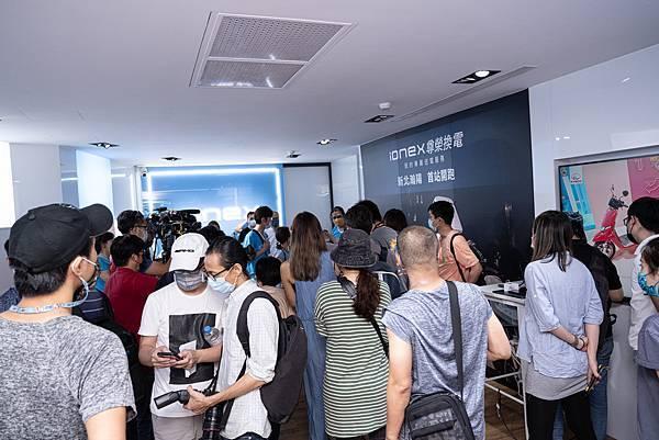 2. 台灣首創電動機車滿電保障、專人送電的「IONEX尊榮換電」申辦開跑, 首站在新北中和專賣店展開,車主反應熱烈,試營運年底前免費享受,是今夏電動機車市場最具話題性的優惠活動。.jpg