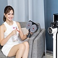 LG A9 T系列All-in-One濕拖無線吸塵器打造事半功倍的清潔體驗,「乾吸濕拖」功能同步進行,也能於地面或抹布上噴上酒精或消毒水清潔,達到更深層殺菌效果。.jpg