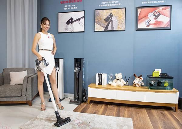 LG A9 T系列All-in-One濕拖無線吸塵器旗艦款雪霧白(A9T-ULTRA)新增地毯吸頭可深入地毯深層除塵。.jpg