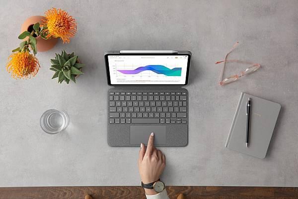 圖說03 :Logitech Combo Touch鍵盤保護殼,提供Apple Pencil專屬磁吸式收納空間並擁有超大尺寸觸控板.jpg