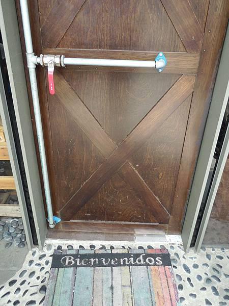菲看到這個門,轉頭問我要怎麼開
