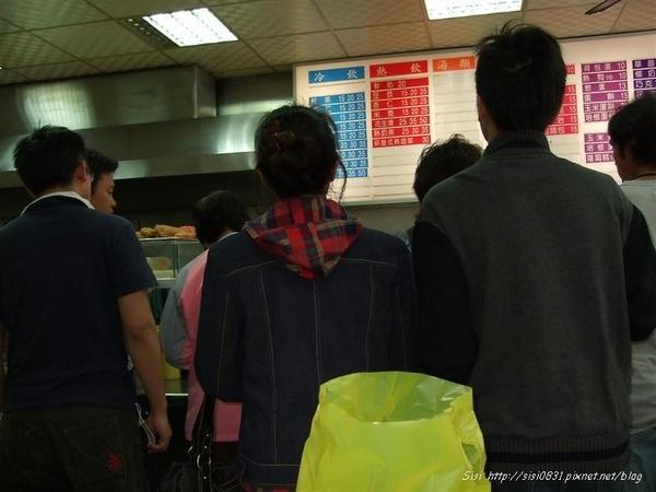 看看擠在點餐區前滴人有多多~